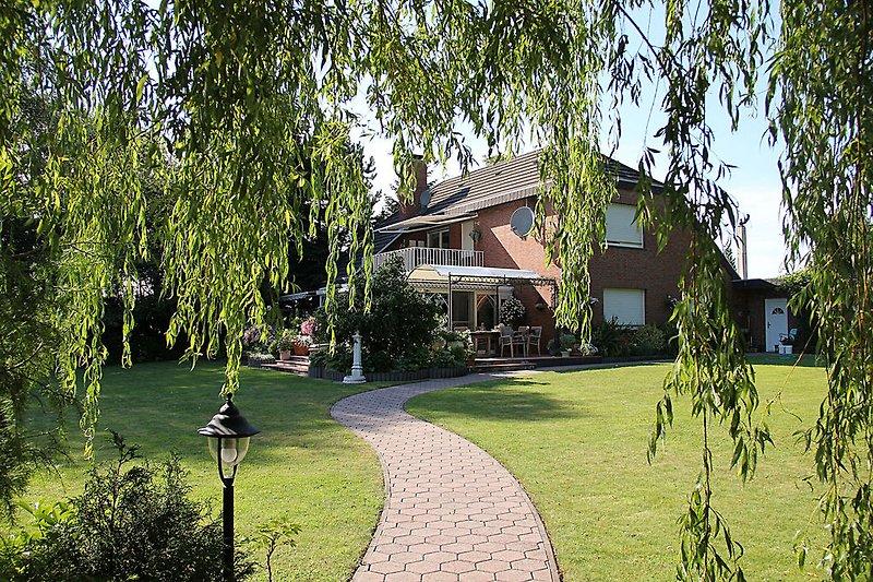 Garten und Hausansicht von der Südseite