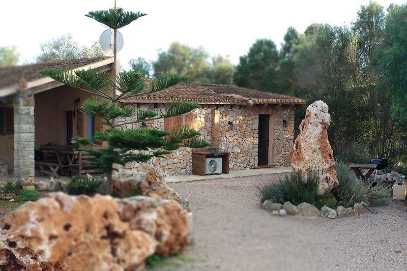 Vorderansicht des typisch mallorquinischen Natursteinhauses