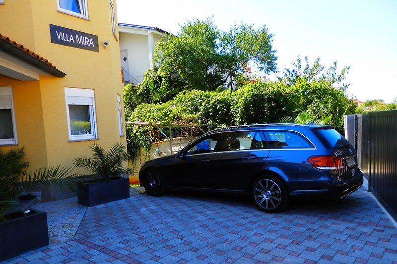 Villa Mira mit geschlossene Parkplätze