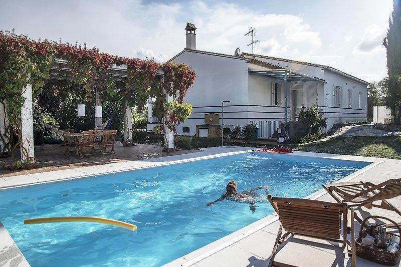 Pool und Pergola auf der Rückseite des Hauses