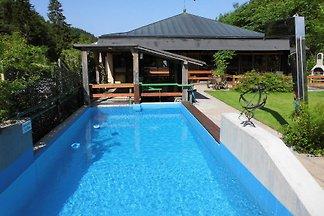145 qm freistehendes Ferienhaus für 11 Personen direkt am Wald mit Sauna, Kaminofen, Außenpool mit Liegewiese, Terrasse mit Grillkamin, Trampolin, Parkstellflächen am Haus