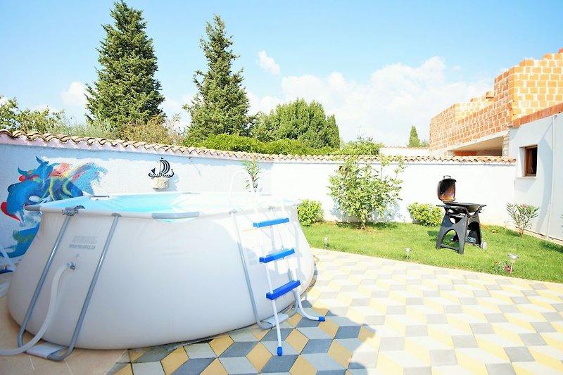 Garten mit Grill und Schwimmbecken