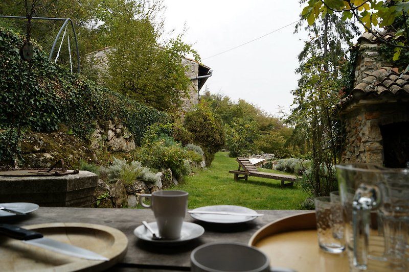 ... zum Frühstück hinaus auf die überdachte Terrasse