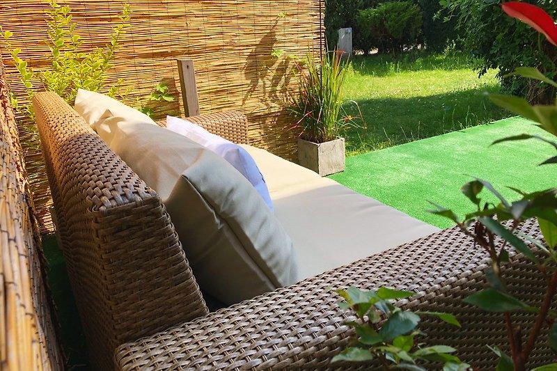 Entspanne Dich auf der  Terrasse mit Garten nebenan.
