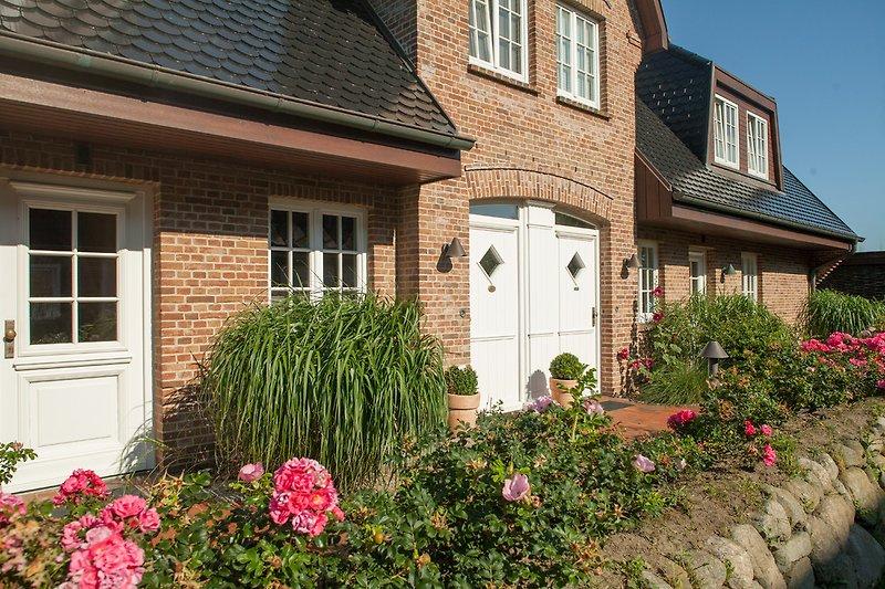 Haus mit Vorgarten und Eingang