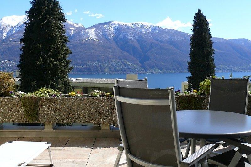 Terrasse mit Sicht auf den Lago Maggiore