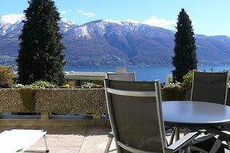 Eine schöne, moderne 2-Zimmerwohnung mit einem Balkon mit Sicht auf den Lago Maggiore. Sehr gut ausgestattet und ruhig gelegen am Monte Verità in einer gepflegten Überbauung.