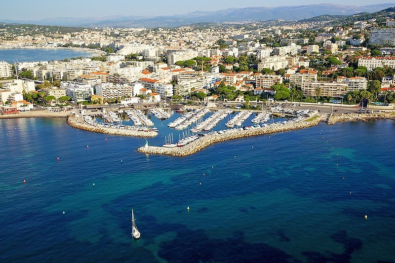 Le Moure Rouge Hafen - Cannes im Hintergrund