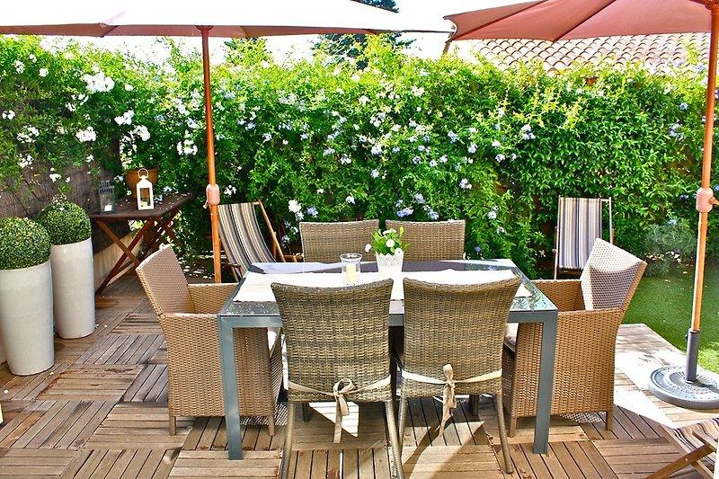 Gartenblick aus dem Wohn/Esszimmer und dem Schlafzimmer im Erdgeschoss in den blühenden Garten mit Zugang zur Terrasse