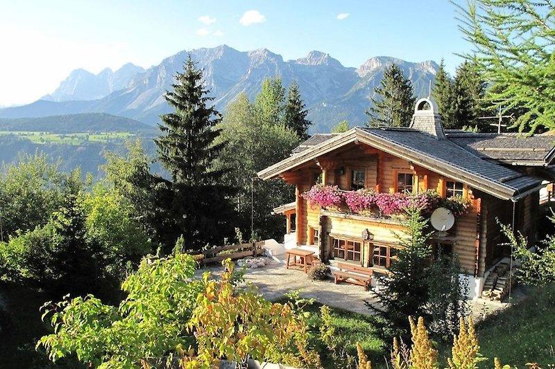 Das Haus im Sommer mit dem Dachstein