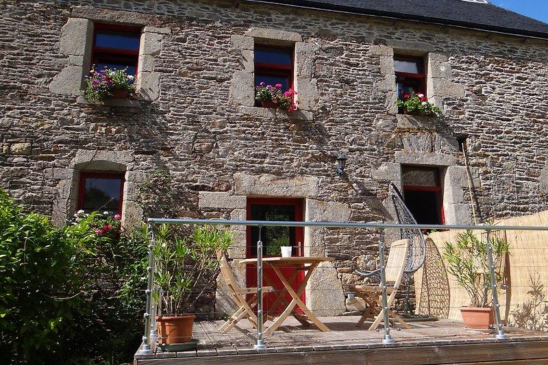 Gîte Magnolia mit Terrasse , Esstisch, Stühlen und Schaukelstuhl