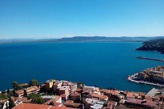 El apartamento está situado en una residencia de vacaciones en Porto Santo Stefano, a unos 1800 m del centro/puerto.