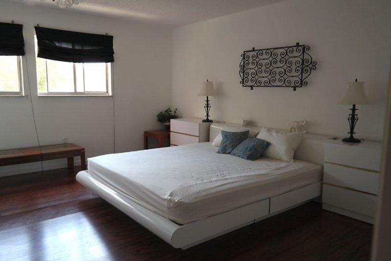 Großes Schlafzimmer mit Kingsize-Bett und Waschtisch