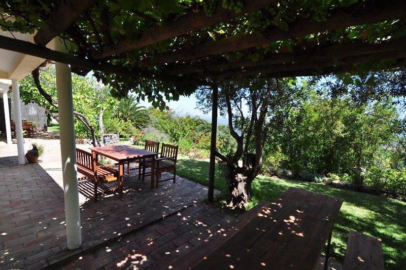 die Terrasse mit Sitzecke