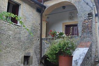 Altes ländliches toskanisches Bauernhaus mit dem Toponym Al Castello, bestehend aus mehreren Einheiten mit holztrocknender Privatkapelle und Wohnhaus, insgesamt ein kleines Dorf