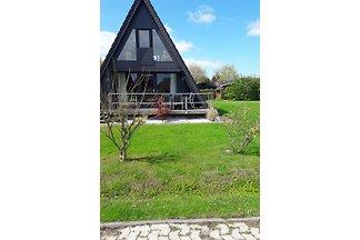 Nurdachhaus in Fedderwardersiel an der Nordsee zu vermieten. Das Haus liegt in einem Park  hinter dem Deich.  Es gibt 3 Schlafzimmer sowie 1 Küche und ein Wohn/Esszimmer.