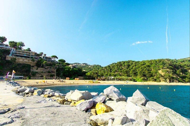 Strand von Cala Canyelles mit Kinderspielplatz