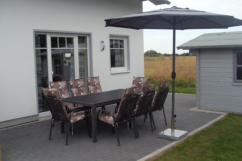 Terrasse mit Gartenhütte