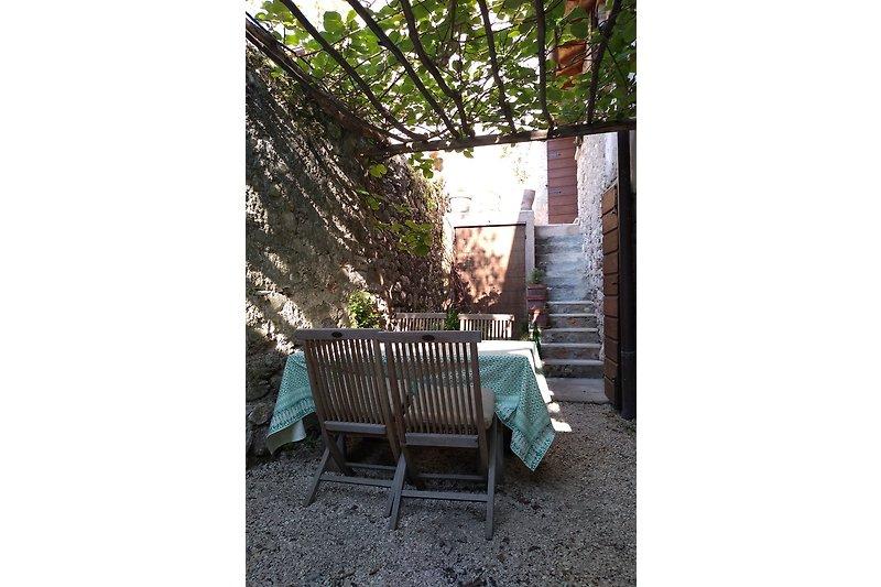 Innenhof mit Essplatz