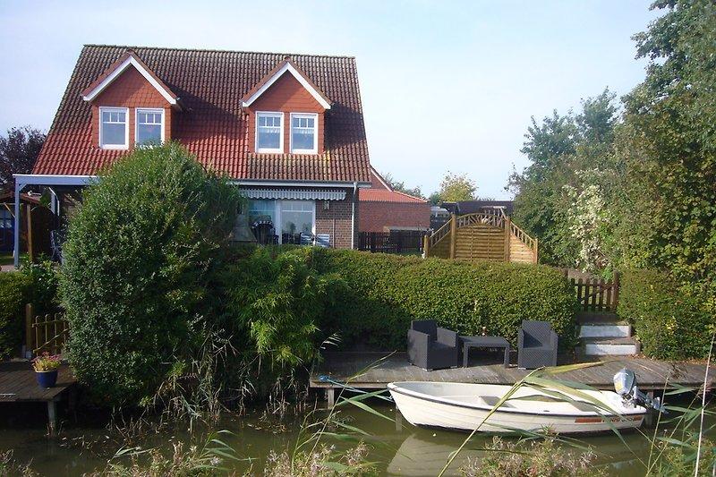 Blick auf den eigenen, großen Bootssteg und dem tollen, großen Garten