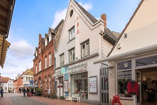 Unsere Ferienwohnung verbindet nostalgisches Flair mit moderner und komfortabler Ausstattung mitten in der Eckernförder Altstadt, in der Nähe vom Hafen und Strand.