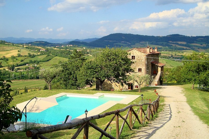Villa Acaderospi and the pool