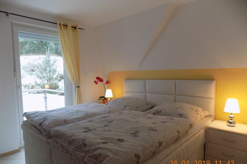 Schlafzimmer mit Austritt zum Balkon