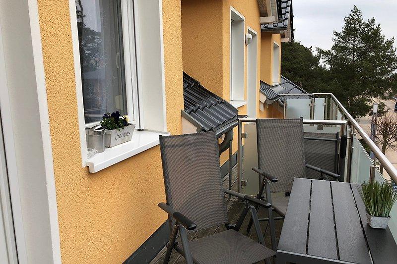 schöner Balkon mit Blick auf die Strandstraße/ seitl. Meerblick