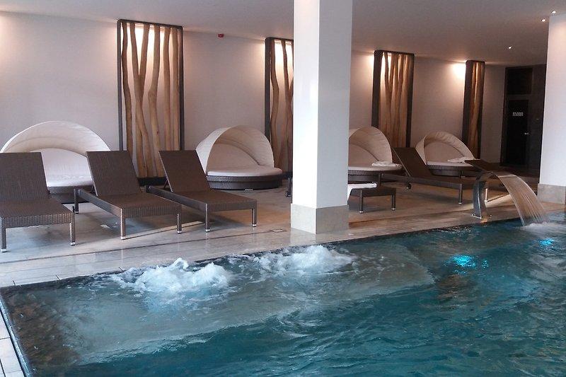 Indoorpool  mit Massagedüsen, Gegenstromanlage und Wasserschwall
