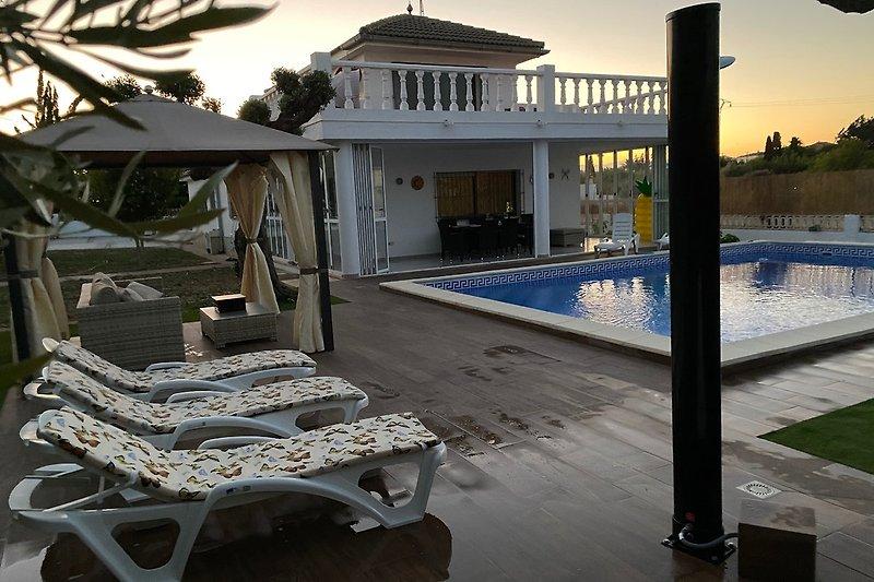 Große Terrasse und pool