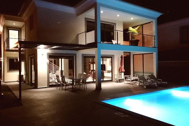 Villa Kortini bei Nacht