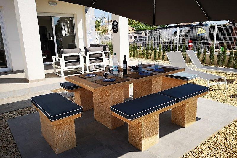 Steintisch mit Bänken