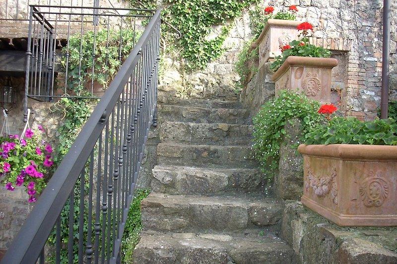 Treppe zur Wohnung an der Stadtmauer