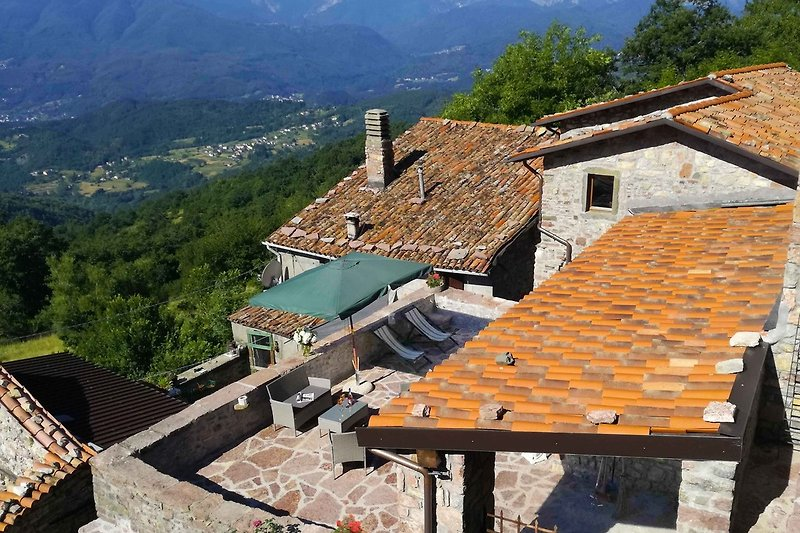 Villa Sassorosso mit Pool und Bergblick