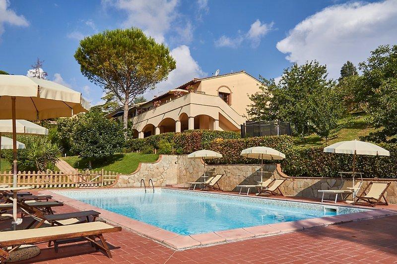 Ferienhaus mit Garten und eingezäuntem Pool