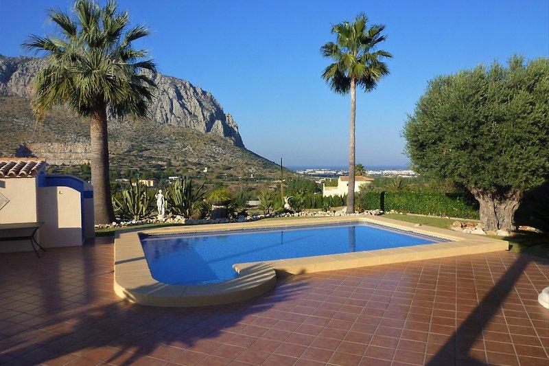 Pool mit Außendusche und traumhaftem Meer- und Bergblick