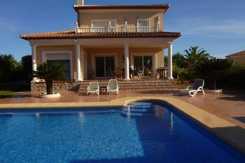 Große überdachte Terrasse und Pool (5 x 8 m)