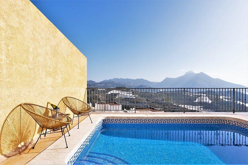 Pool mit herrlichem Meer- und Bergblick