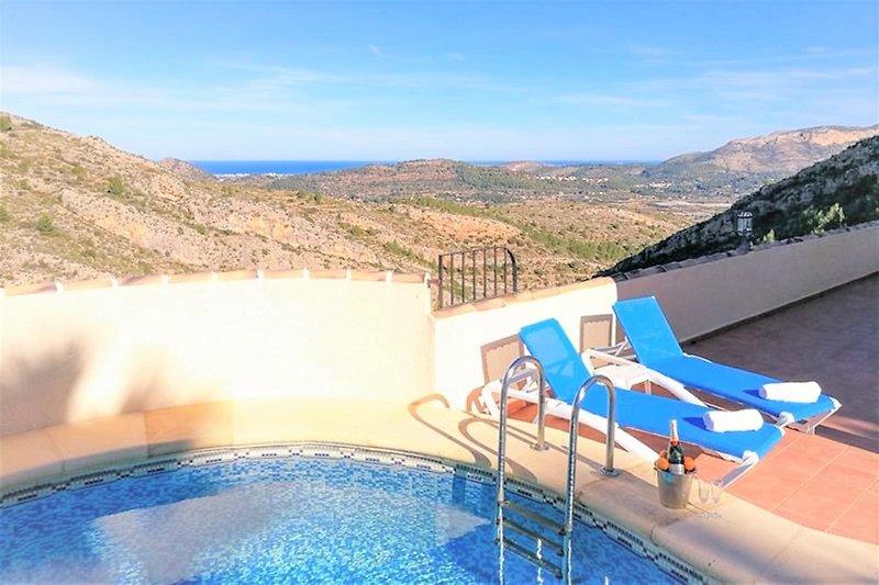 Entspannen Sie sich um die Villa oder genießen Sie den Pool.