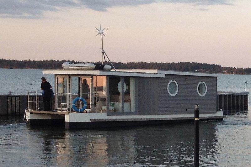 die Habitide auf Tour zur Werft. Ansonsten liegt sie fest im Stadthafen Schleswig auf einem Logenplatz mit Traumaussicht