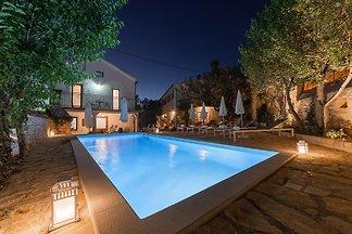 Die Ferienwohnung ist neu renoviert  (130m²) in zwei Objekten mit Pool (21m²). In unserer Ferienwohnung bieten wir Ihnen Unterkunft fur 8 Personen.