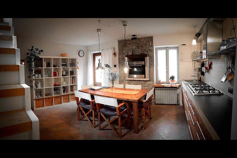 Küche und Treppe zum Wohnzimmer
