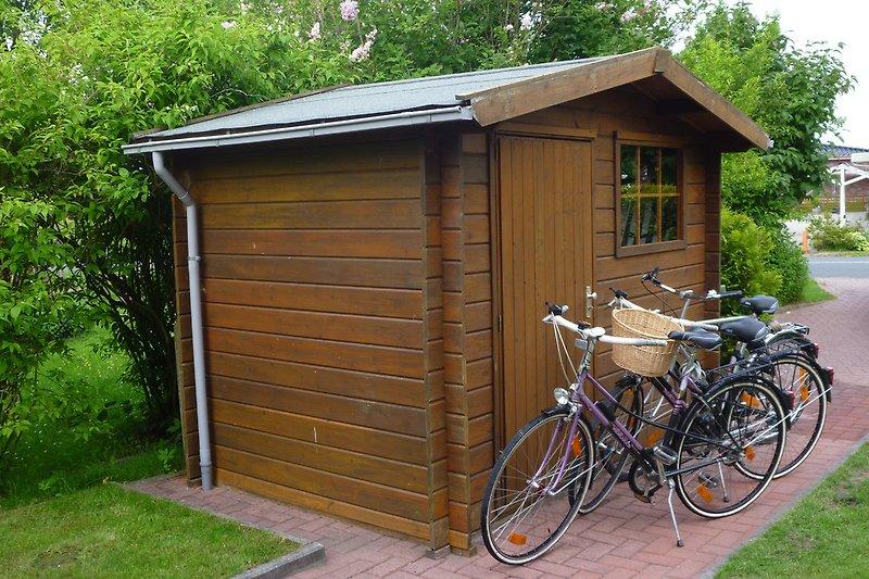Gartenhaus und Fahrräder