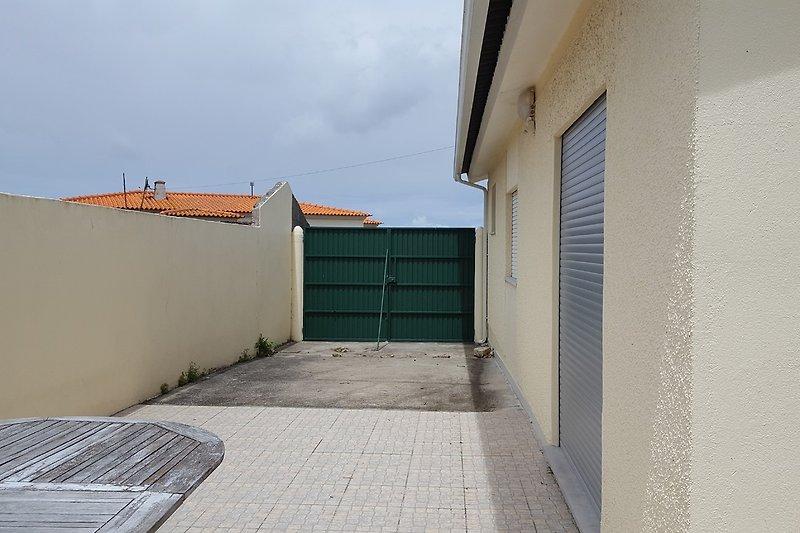 Terrasse und Einfahrt