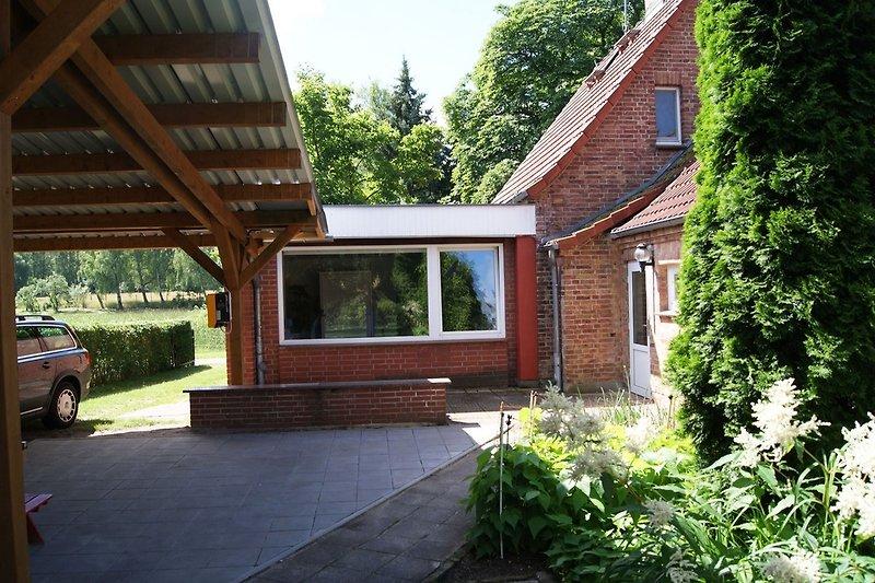 Blick auf Terrasse und Schlafzimmer mit Panoramafenster