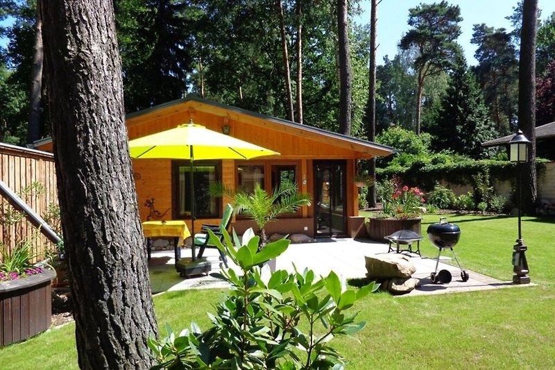 Ferienhaus bei Potsdam in Groß Glienicke Terrasse mit Sonnenschirm und Grill