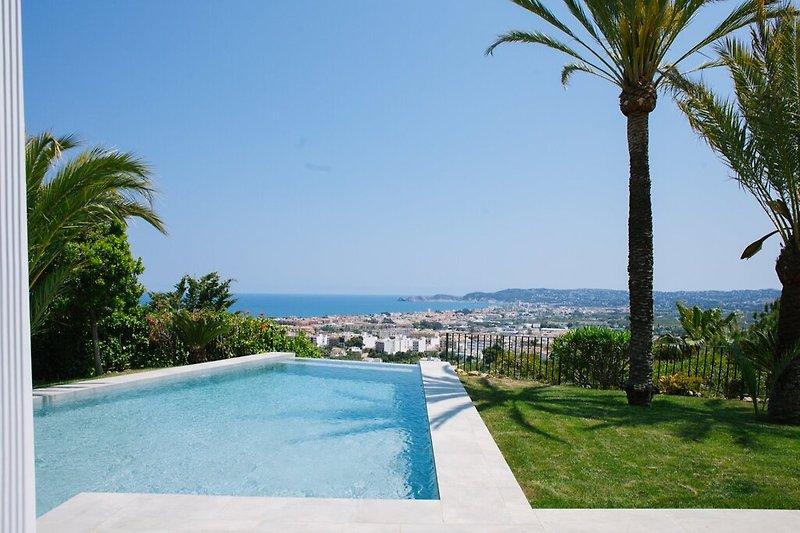 Pool mit Blick über die Bucht