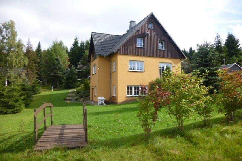 Haus/Außenansicht(im Winter direkter Loipeneinstieg über die Brücke)
