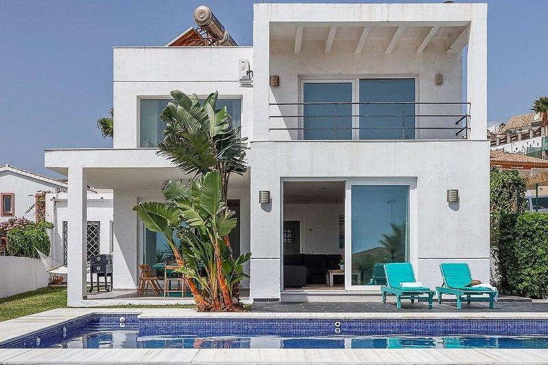 Pool mit Balkon und Terasse