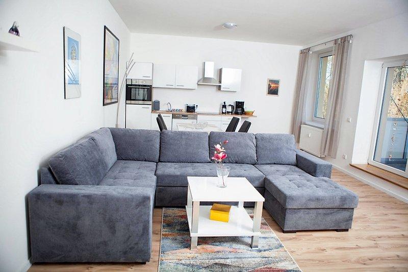 Sofa mit Blick auf offene Küche und Balkon